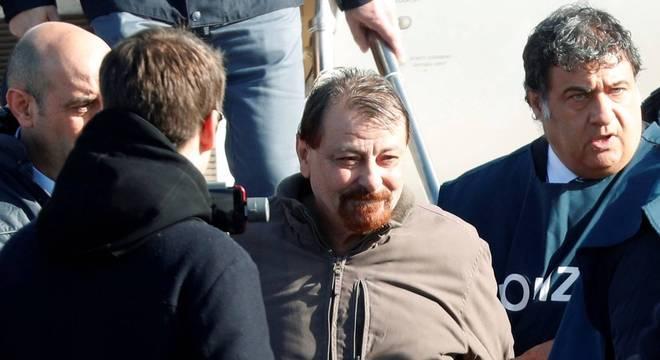 Battisti condenado à prisão perpétua pelo assassinato de quatro pessoas