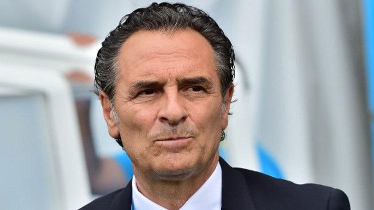 Cesare Prandelli (Itália) - 64 anos - Último clube: Fiorentina - Desempregado desde março de 2021 - Foi treinador da seleção italiana após a Copa do Mundo de 2010 e levou a equipe à final da Eurocopa de 2012. Amargou uma desclassificação da Itália na fase de grupos da Copa do Mundo de 2014.