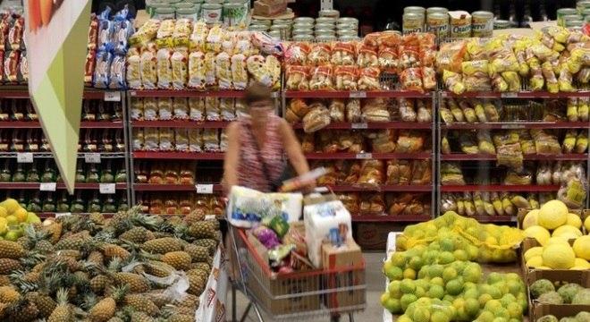 No ano, o conjunto dos preços de alimentos aumentou 9,84% e, em 12 meses, 9,72%