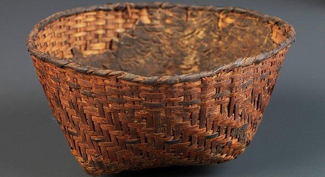 Este cesto sambaqui foi revestido internamente com resina; trata-se de uma peça rara, em virtude da dificuldade de preservação de materiais orgânicos em climas tropicais