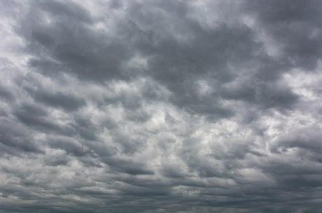 Céu nublado e chuva devem marcar o domingo de eleições