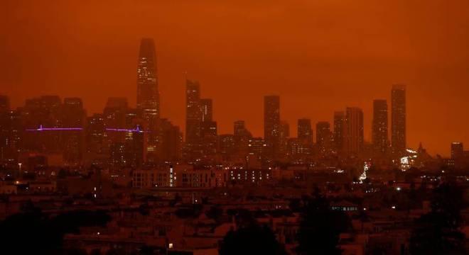 Fumaça espessa pode ser vista a oito mil quilômetros de distância