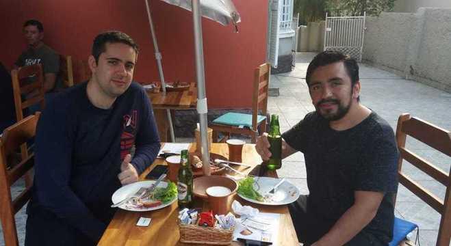 O analista de sistemas Douglas Navarro, à esquerda, comeu o prato pela primeira vez