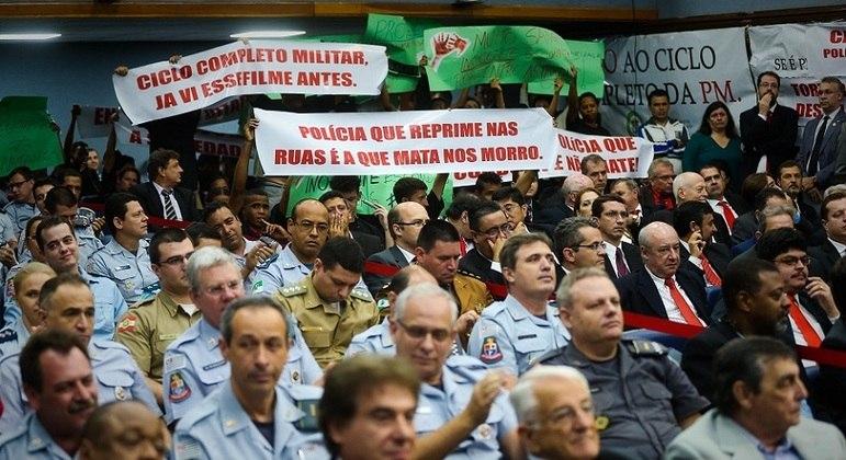 Parentes de vítimas da chacina de Osasco com faixas de protesto em audiência pública realizada na Alesp