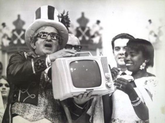 Chacrinha era um dos animadores mais irreverentes da televisão brasileira. Na Rede Globo, ele apresentava dois programas e popularizava expressões como