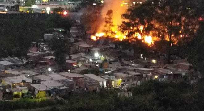 Vídeo mostra incêndio em comunidade da zona norte de SP