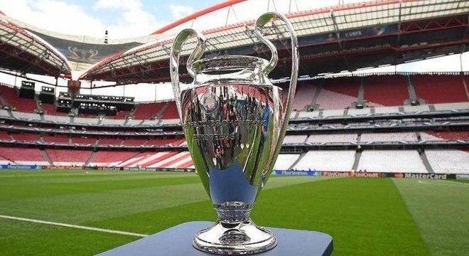 A taça, no Estádio da Luz, em Lisboa, a sede da final