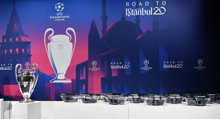 O troféu da Champions, a caminho de Istambul