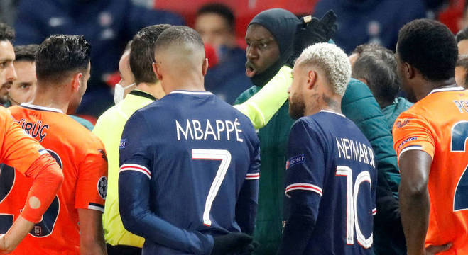 Mbappé e Neymar estiveram o tempo todo ao redor da arbitragem