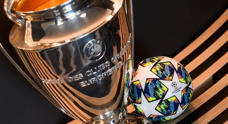 "A taça e a bola oficial da ""Champions"""