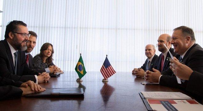 Chanceler Ernesto Araújo (acima com o secretário de Estado americano Mike Pompeo, em Brasília, em 2 de janeiro) é forte crítico do 'globalismo'
