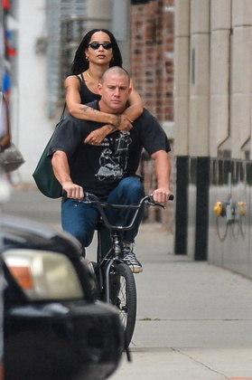 Durante o passeio,Zoë chegou a pegar uma carona na bicicleta de Channing, colocando os braços ao redor do ator para se segurar