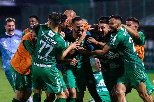 Chapecoense – 5 jogadores: Vagner (31 anos), Kadu (34 anos), Felipe Santana (35 anos), Thiago Ribeiro (35 anos) e Anselmo Ramon (32 anos)