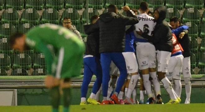 Santos vence a Chape com gol contra de Gum e é líder provisório do Brasileiro