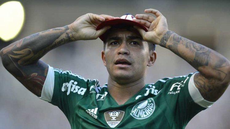 Chapéu de Dudu: Pretendido por Corinthians e São Paulo, o atacante acabou por desembarcar na Academia de Futebol de maneira surpreendente. Dudu é o símbolo da mudança de postura do Palmeiras e, mais tarde, se tornou ídolo da torcida com títulos e marcas importantes.