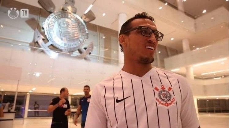 O Corinthians é só uma das paixões do lutador, que já foi recebido na Neo Química Arena para uma gravação especial
