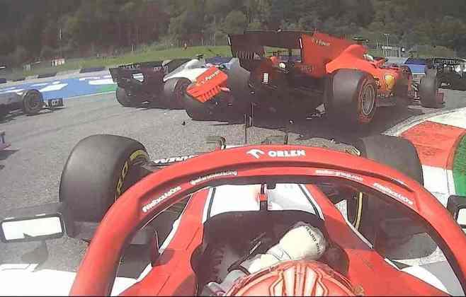 Charles Leclerc errou e colidiu com Sebastian Vettel no GP da Estíria. Os dois pilotos da Ferrari acabaram abandonando a corrida