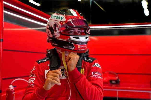 Charles Leclerc errou na largada, tocou no companheiro Sebastian Vettel e fez os dois pilotos da Ferrari abandonarem