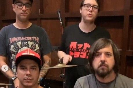 Alexandre Abrão e músicos do Charlie Brown Jr