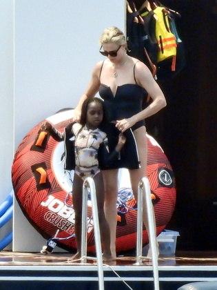 Antes, por segurança, ela ajudou as filha a colocarem jaquetas salva-vidas