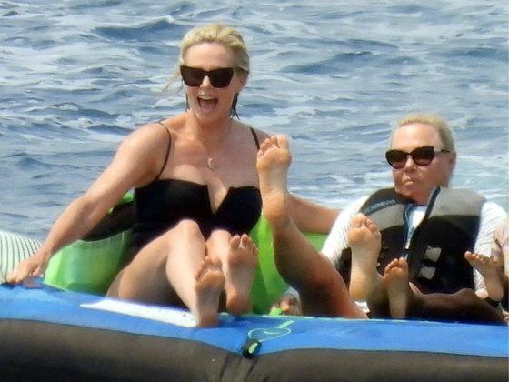 De maiô todo preto e óculos escuros, a atriz ficou elegante até mesmo enquanto brincava no mar