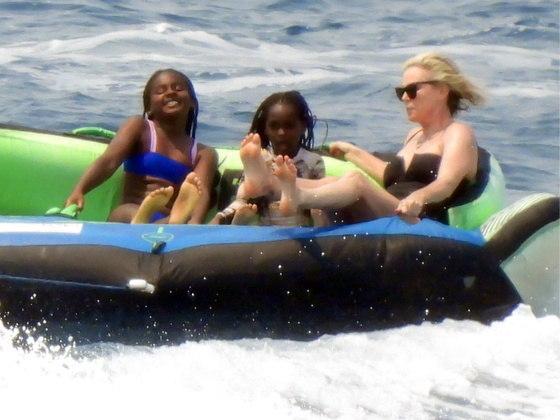 Charlize, de 46 anos, é mãe deJackson, de 9 anos, eAugust, de 5. As crianças pareciam se divertir com a atividade cheia de adrenalina