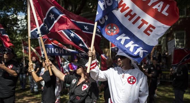 Integrantes da marcha usavam roupas da Ku Klux Klan