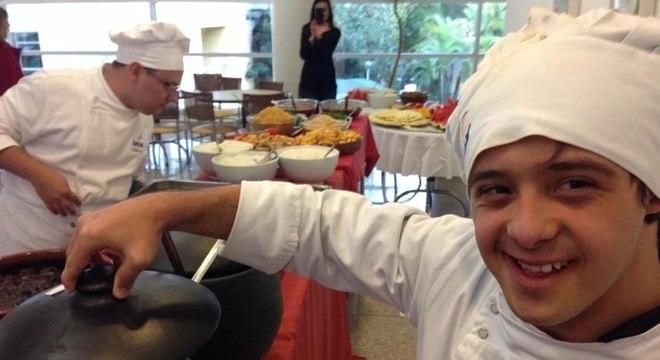 Chef com Síndrome de Down, Pedro Brandão Carrera, se formou em gastronomia