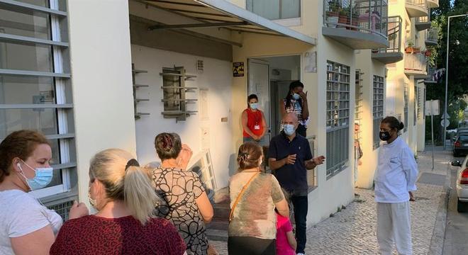 Em Lisboa as restrições vem diminuindo, mas as pessoas continuam usando máscara