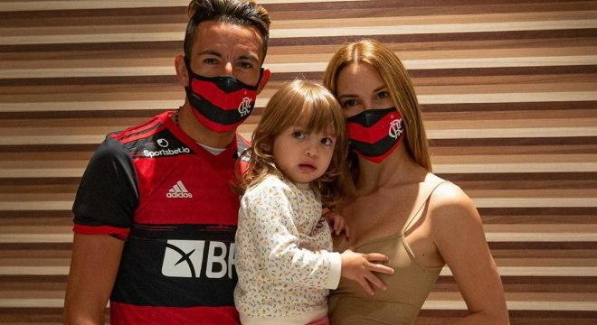 Isla chegou ao Brasil na última madrugada com esposa e filha