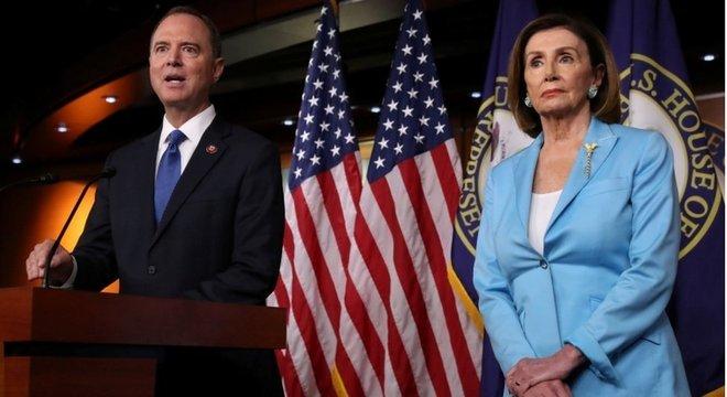 Chefe do Comitê de Inteligência da Câmara, Adam Schiff, e a presidente da Casa, Nancy Pelosi, defenderam as investigações em torno do impeachment