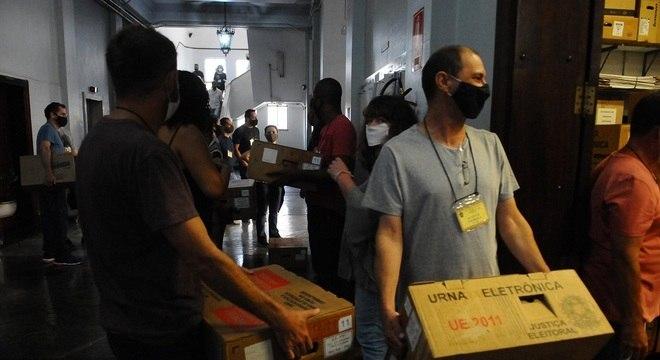 Chegada de urnas em zona eleitoral de Campinas, no interior de São Paulo