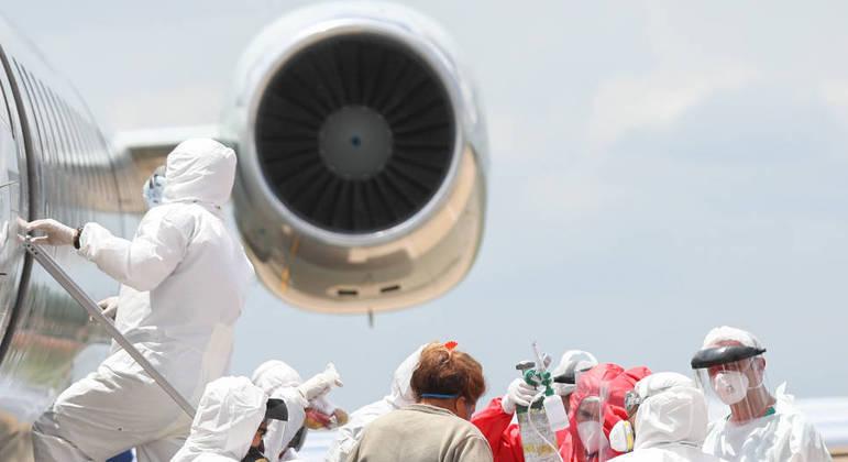 Agentes de saúde recebem pacientes com covid-19 transferidos da cidade de Manaus no Amazonas, durante desembarque em avião da FAB (Forca Aérea Brasileira) no aeroporto Senador Petrônio Portella na cidade de Teresina nesta sexta-feira (15)