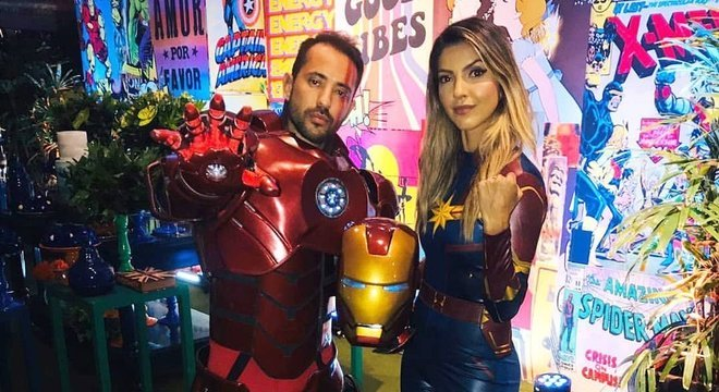 Chegando na festa, o camisa 7 surpreendeu e trocou sua fantasia para o Homem de Ferro, mas sua esposa manteve o look da Capitã Marvel.