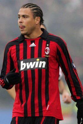 Chegou ao Milan em janeiro de 2007 e não podia disputar a Liga dos Campeões pois já havia jogado pelo Real Madrid. Assim seu foco foi total na Serie A e viu o clube ser campeão do torneio continental, porém o título não poderia ser computado para Ronaldo.