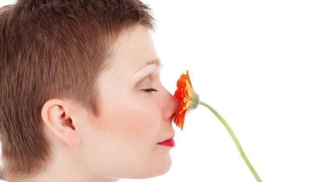 Dificuldade de sentir cheiros e sabores pode ser um sinal de alerta para covid-19