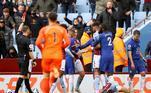 Com os olhos virados para a final da Liga dos Campeões, o Chelsea visitou o Aston Villa e se deu mal. O jogo terminou com derrota dos londrinos por 2 a 1