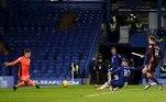 Na 11ª rodada do Campeonato Inglês, no sábado, o Chelsea recebeu o Leeds United e venceu por 3 a 1. A equipe da casa contou com gols de Giroud, Zouma e Pulisic. O Leeds descontou com gol de Patrick Bamford