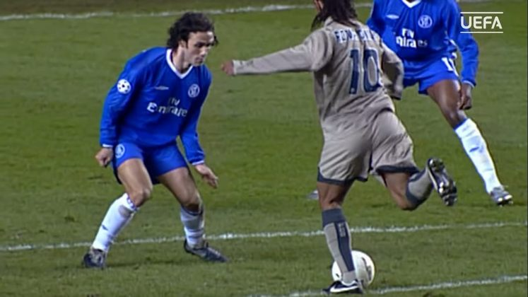 Chelsea na Liga dos Campeões - Apesar da eliminação na Champions 2004/2005 para o Chelsea, Ronaldinho fez um dos gols mais icônicos de sua carreira quando 'sambou' na frente da marcação.