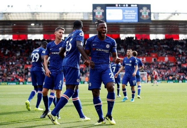 Quem está subindo na tabela é o Chelsea. Mesmo atuando fora de casa, a equipe não tomou conhecimento do Southampton e venceu por 4 a 1. Os gols foram marcados pelo artilheiro Tammy Abraham, Mason Mount, N'Golo Kanté e Michy Batshuayi. Danny Ings descontou