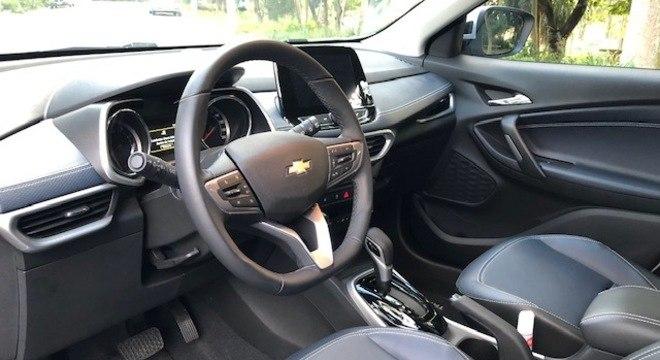 Interior do Tracker 1.2 turbo com bancos em couro, computador de bordo e câmbio AT6