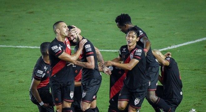 Chico marcou um belíssimo gol para decretar a vitória do Atlético-GO