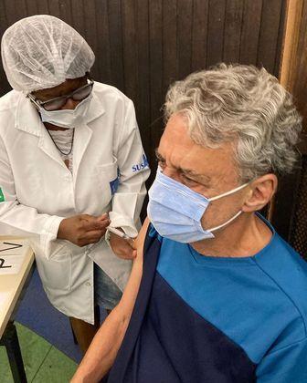Chico Buarque foi vacinado contra a covid-19, no dia 10 de março. O cantor e compositor de 76 anos compareceu ao posto de imunização no Planetário do Rio de Janeiro, na Gávea, zona sul da cidade. Nas redes sociais, ele comemorou: