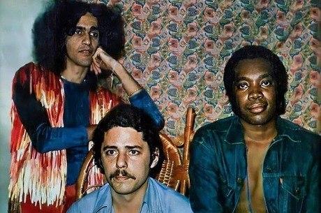 Chico Buarque posta foto antiga com Caetano e Milton Nascimento
