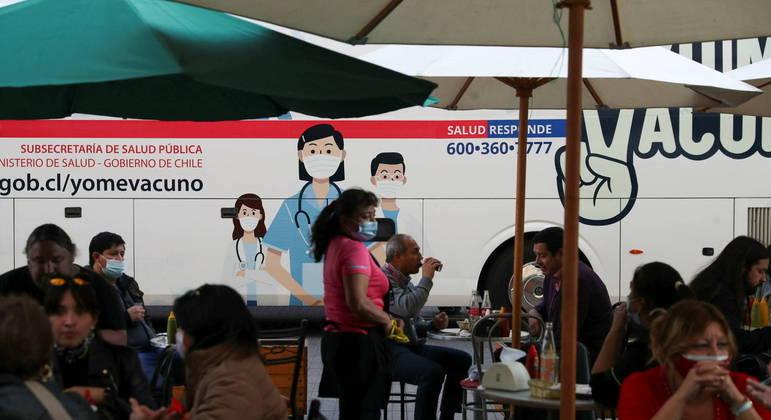 Chilenos estão avançando na campanha de vacinação, mas enfrentam alta de casos