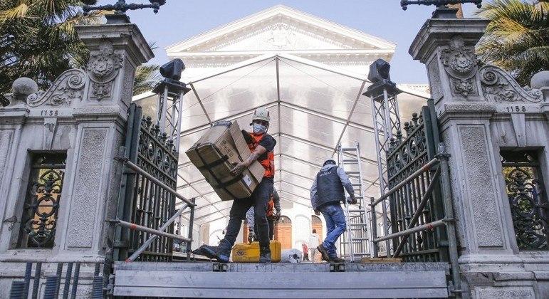 Trabalhadores preparam o Congresso chileno para o início da constituinte