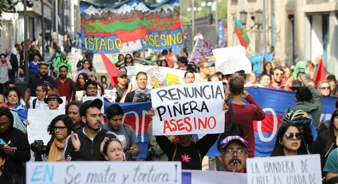 Protestos massivos pedem renúncia de Piñera e denunciam violência policial