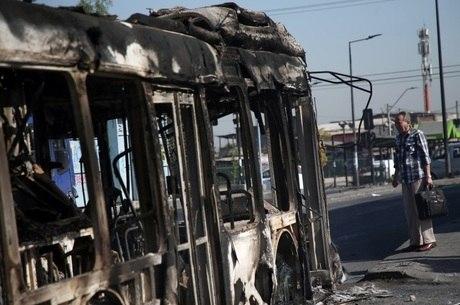 Ônibus foi queimado em meio à violência em Santiago