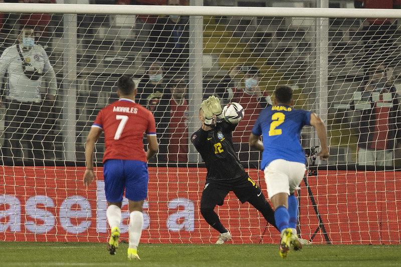 Tite deve muito a vitória contra o Chile à atuação de Weverton. O goleiro foi bem outra vez