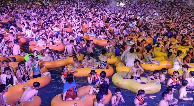 Festa na piscina no 'berço' do covid-19